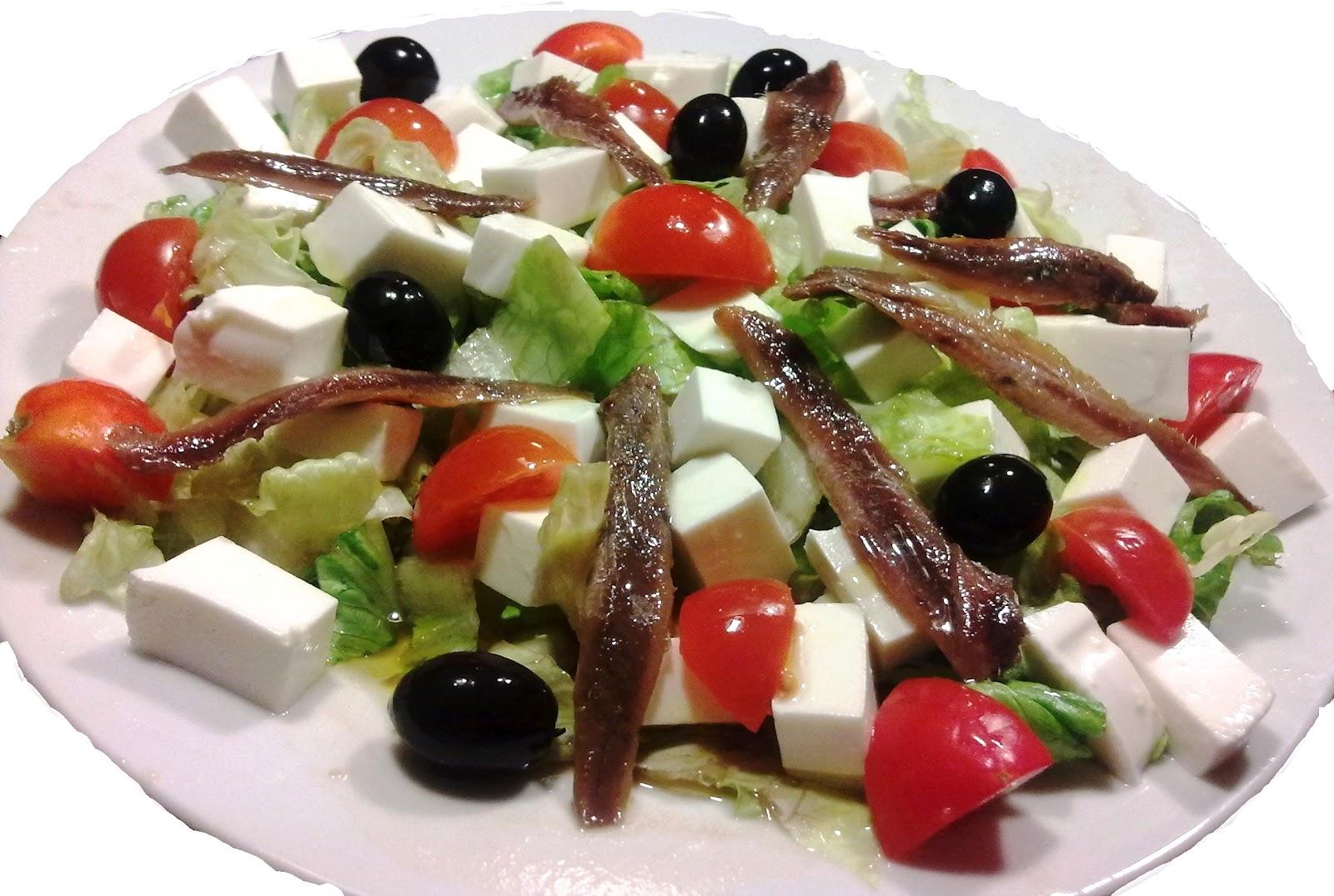 Ensalada de patata y anchoas con queso fresco