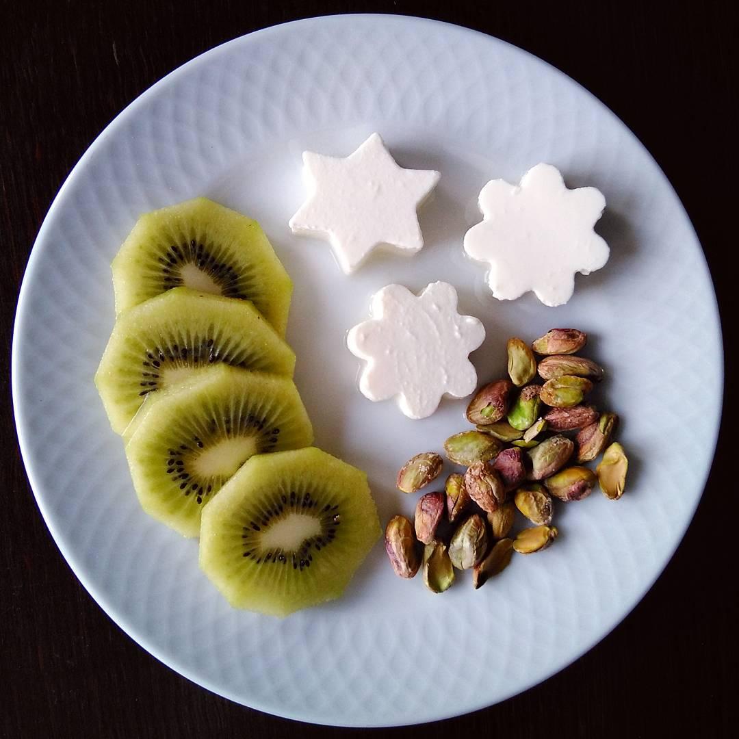Queso fresco con kiwi y pistachos machacados